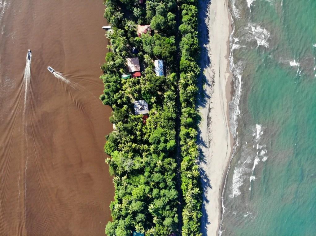 Tortuguero von oben - links der Fluss, rechts das Meer