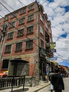 9 στα 10 κτίρια παρουσιάζουν αυτήν την εικόνα, χωρίς σοβά ή βάψιμο, χωρίς μονώσεις