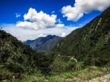ο δρόμος χάνεται στο βάθος των τροπικών βουνών