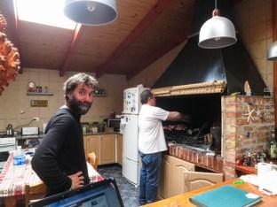 O Willie ετοιμάζει το asado