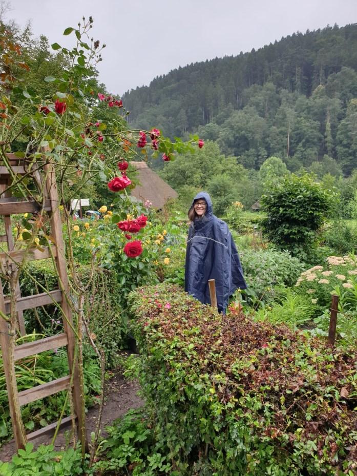 Sarine im Regen im Freilichtmuseum Vogtsbauernhof Gutach