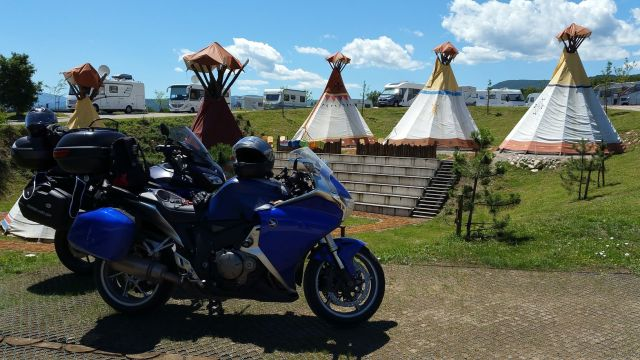 Les motos devant les tipis - Camping Turist Grabovac