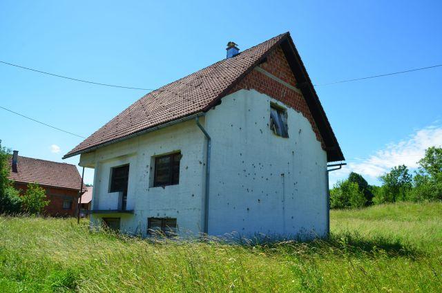 Maison croate avec des impacts de balles