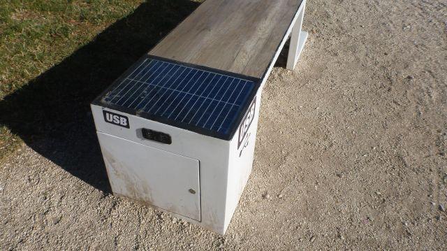 Les bancs publics solaires pour charger nos smartphones ! - Zadar