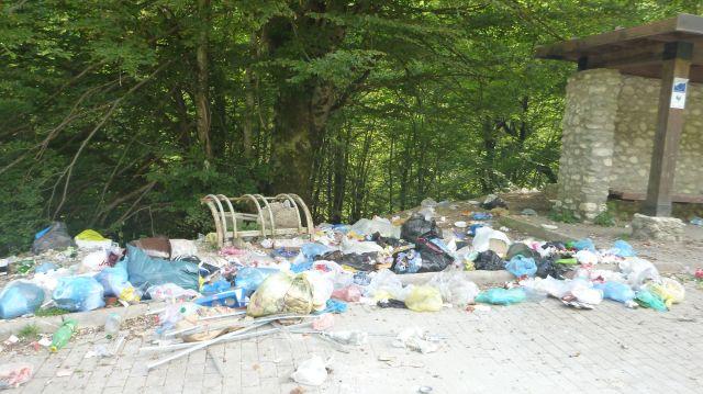Détritus dans les gorges de Rugova - Kosovo