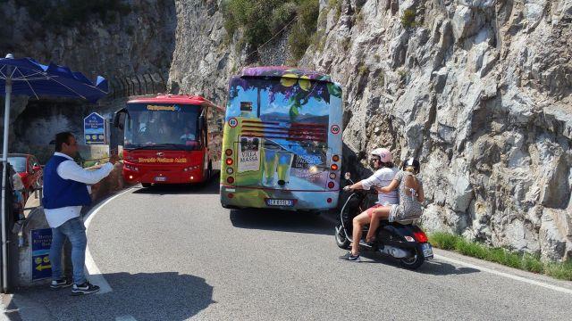 Deux cars sur la côte amalfitaine