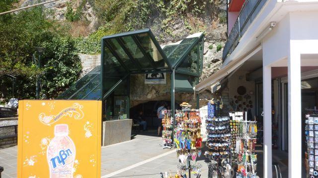 Entrée de la grotte de Perama