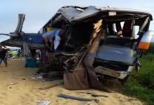 ACIDENTE NO MT: Ônibus bate na traseira de carreta parada na BR-364 e passageiros ficam encarcerados; BM's de Vilhena foram chamados