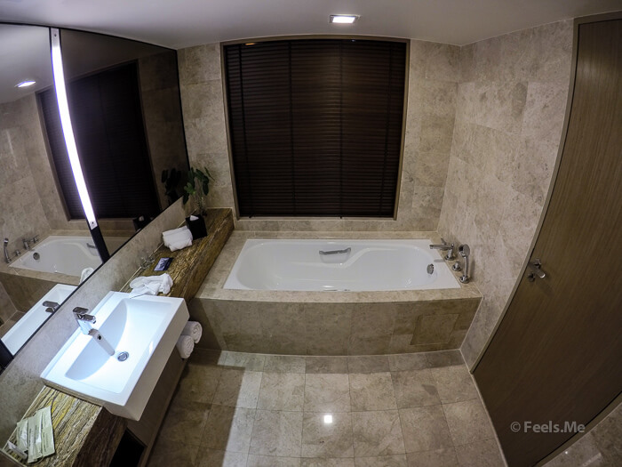 Hilton Petaling Jaya KL Bathroom and bathtub