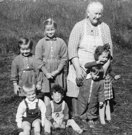 Leirvågan Kiran sommeren 1959. Fra venstre Synnøve, Inger-Johanne og Nikoline. Sittende fra venstre Kristian, Liv, Svanhild og Jorunn. Alle med etternavnet Maaø.