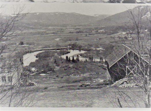 Bilde fra Aunet i Lonlia med utsikt over Nermyran i Lonin, før elva ble omlagt og oppdyrking på andre sida av elva ikke var startet. Bildet er fra sist på 1940-tallet.