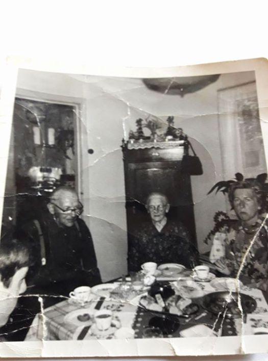 Fant et bilde av Hans og Hanna wedege de 2 andre er tante Kari og lille Gjert