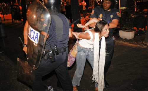 Post image for Defiant indignados receive blows, solidarity from police