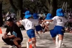 運動会で園児が走る画像