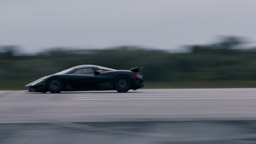 El SSC Tuatara de 1.750 hp derriba la pista en su camino hacia un récord de velocidad de autos de producción.