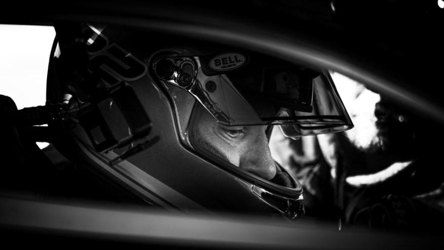 El Dr. Larry Caplin se prepara para conducir su hipercoche SSC Tuatara a un récord de velocidad de autos de producción.