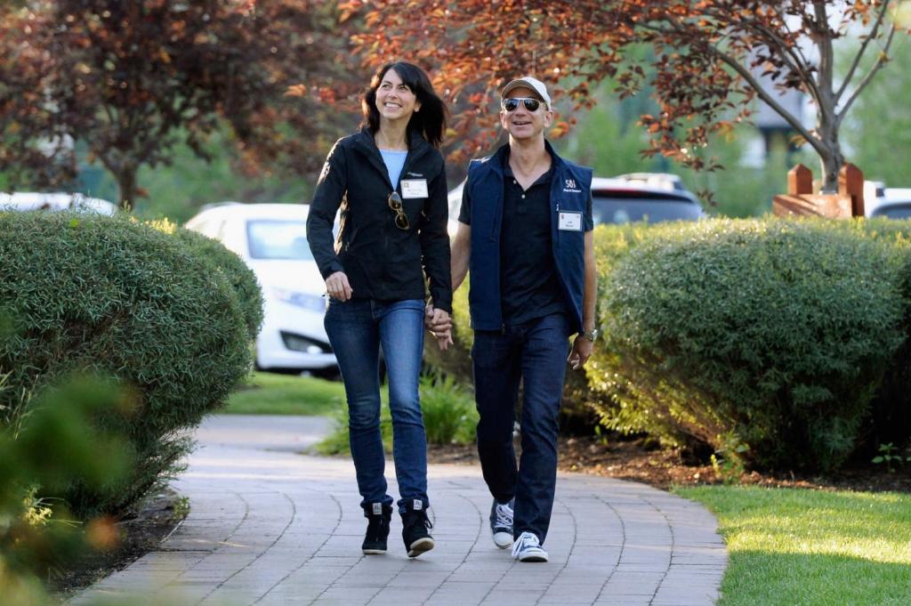 04 jeff bezos mackenzie.w710.h473.2x 1024x681 - Jeff Bezos anuncia su divorcio y sus 137 mil millones de dólares podrían estar en peligro