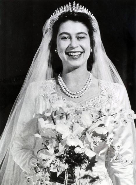 5 QM Fringe 753x1024 - ¿Qué usó la Reina Isabel II el día de su boda?