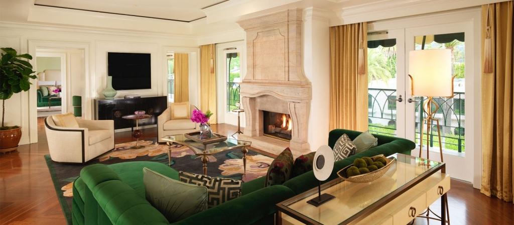 beverly hills presidential suite living room Square 1920x840 1024x448 - ¿Viajas a Los Ángeles? Hospédate en estos hoteles y siéntete una estrella