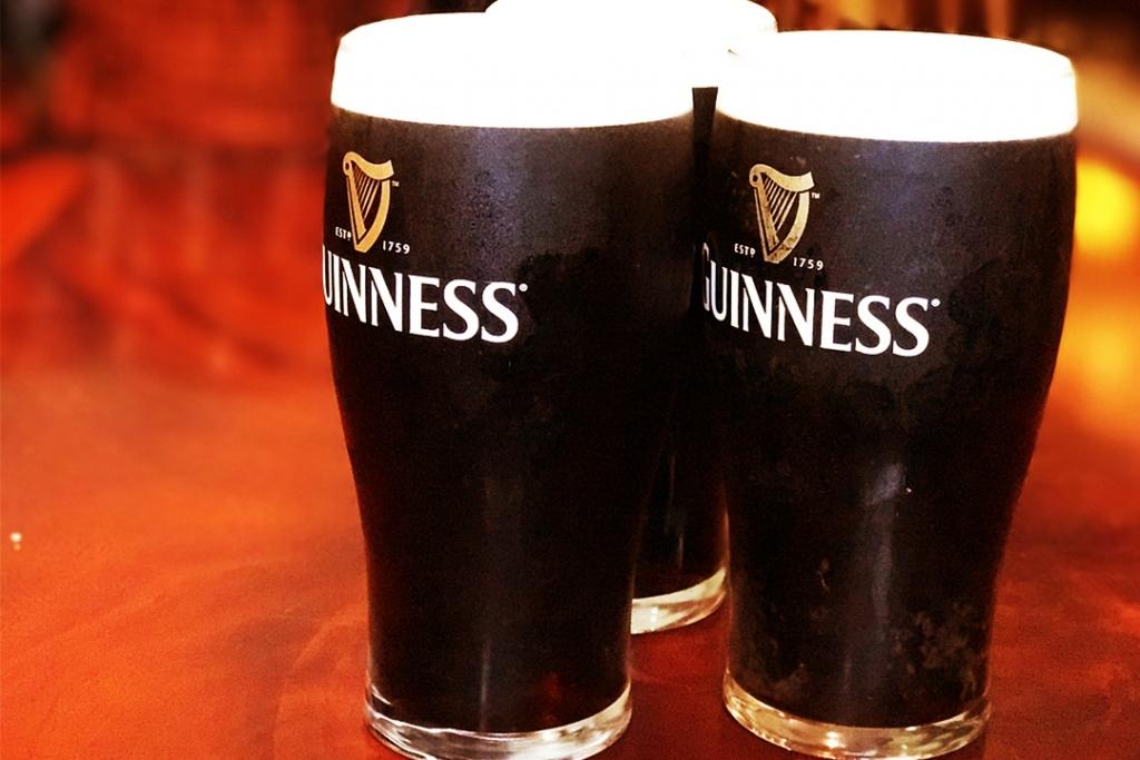 Guinness2 1024x683 - Te enseñamos cómo servir una Guinness Draught correctamente en el Día de San Patricio