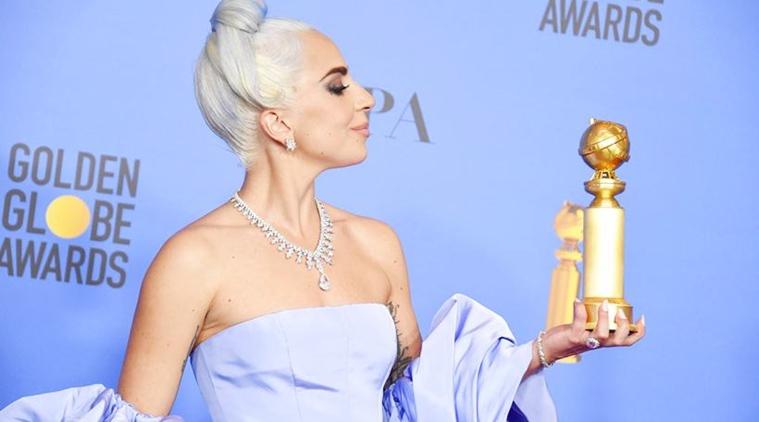Lady Gaga caminó en la alfombra roja de los Golden Globes con cinco mdd sobre su cuello