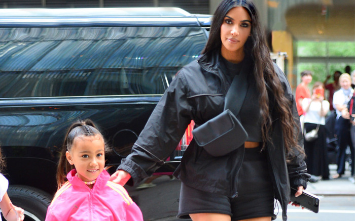 north west kim kardashian - Cuando eres Kim Kardashian, puedes comprar ocho bolsos Louis Vuitton de una sola vez