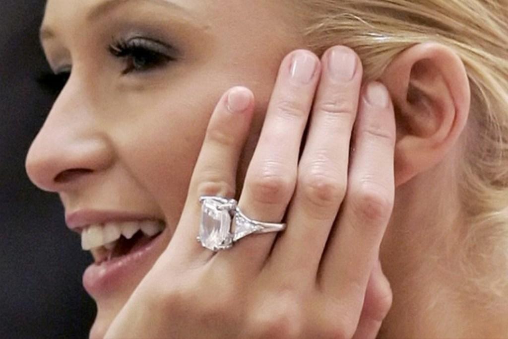 El anillo de 2 millones de dólares que opacó el compromiso de Paris Hilton