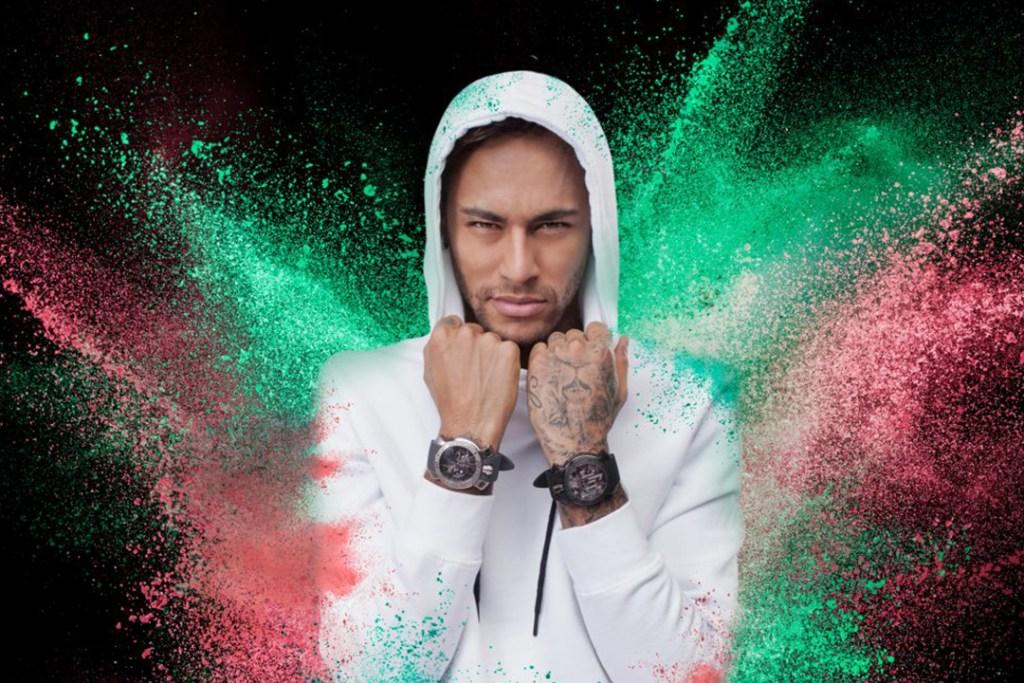 Neymar exhibe su costoso reloj de diamantes en oro amarillo