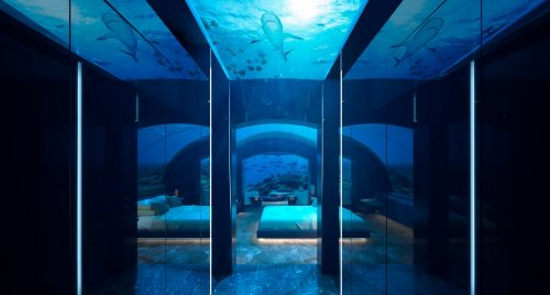 undersea villa corridor 1920x800 1 500x268 - Hospédate en la primera villa submarina y duerme como pez en el agua