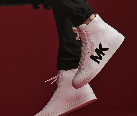 Michael Kors se sube a la moda de 'sneakers para él'