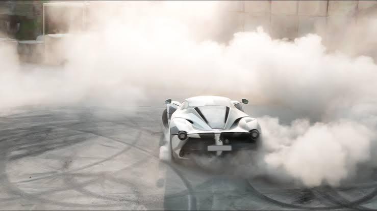 Kendall Jenner nos enseña cómo hacer drifting en un Ferrari