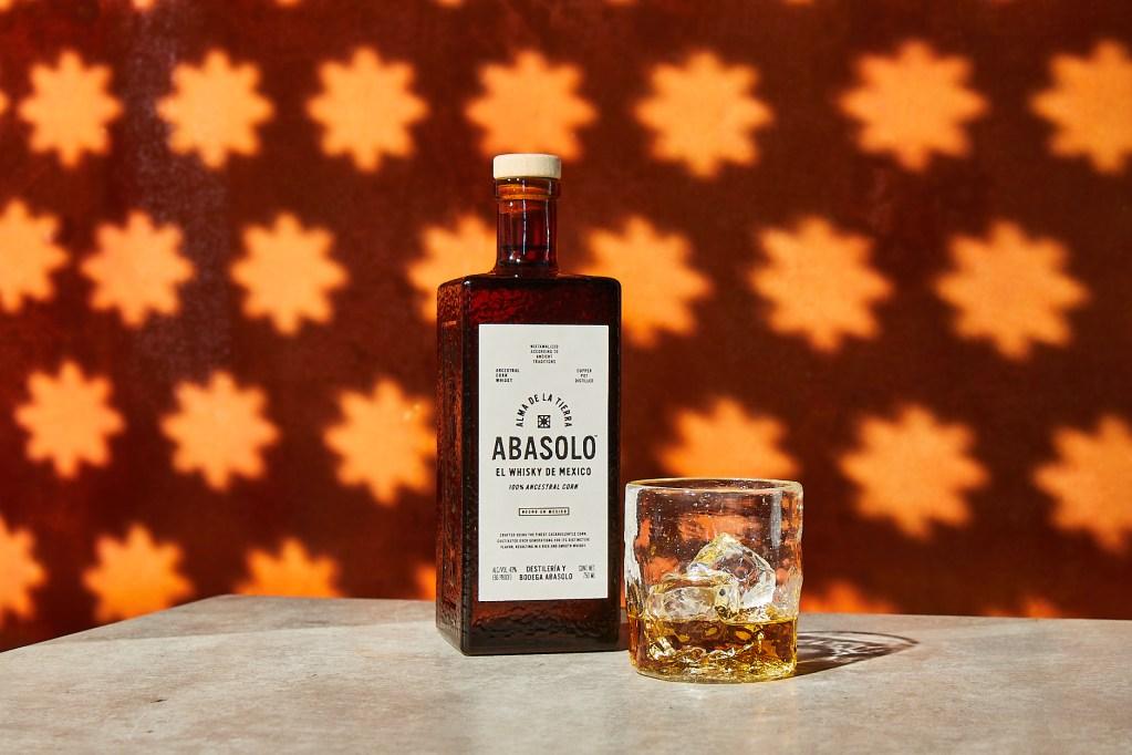 Alma mexicana: Abasolo cambia el paradigma del whisky con una técnica ancestral mesoamericana