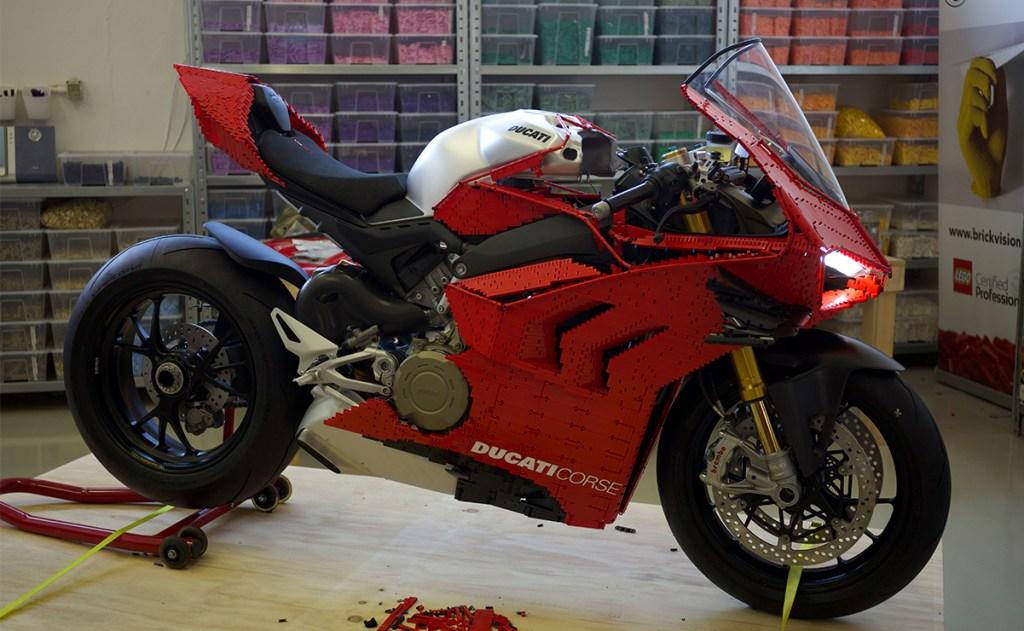 ¡LEGO lo hace de nuevo! Construye una Ducati Panigale V4 R totalmente funcional