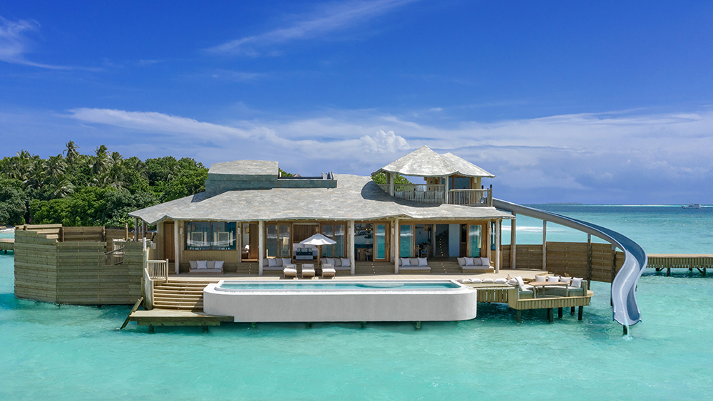 ¿Un tobogán y la villa overwater más grande del mundo? Así se vacaciona en Las Maldivas