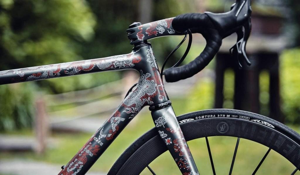 Festka revela la bicicleta Scalatore Samurai, una obra de arte a pedal, ilustrada por Michal Bacak