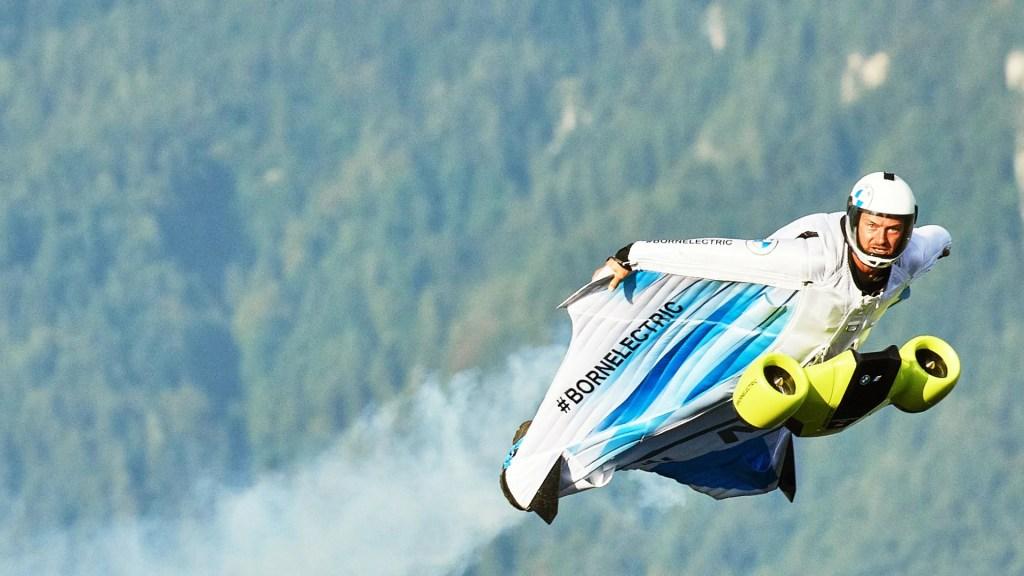 BMW desarrolló un traje para volar que alcanza los 300 km/hr de forma alucinante