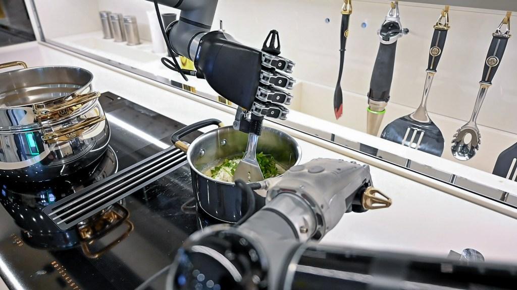 Olvídate de cocinar, Moley presenta un robot chef que prepara hasta 5 mil platos