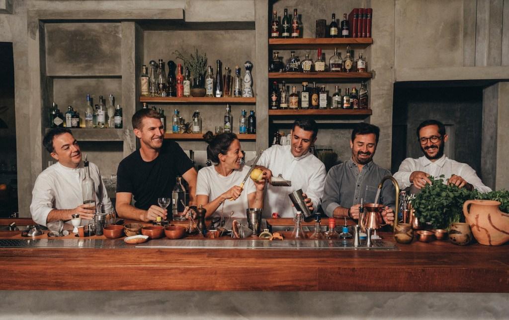 Zapote Bar pone el toque mexicano a la coctelería internacional en Rosewood Mayakoba