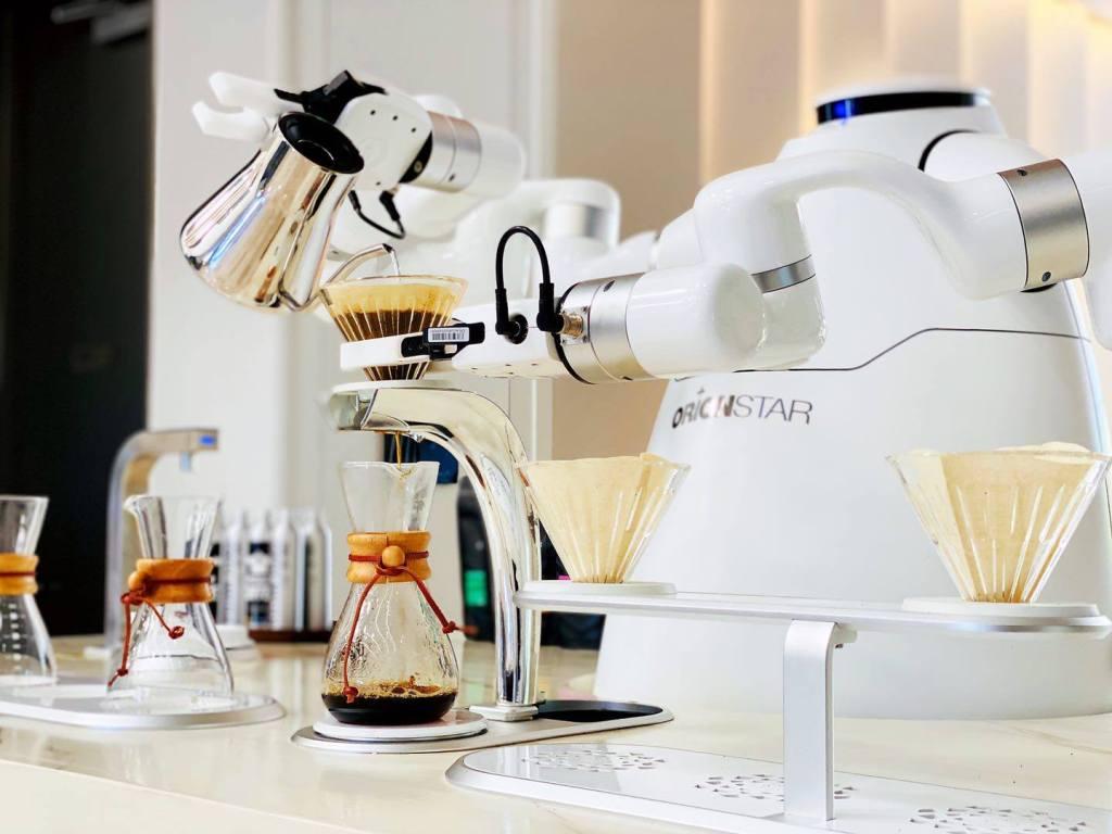 Después de chefs y bartenders mecánicos, es turno del robot barista. Conoce al Robotic Coffee Master