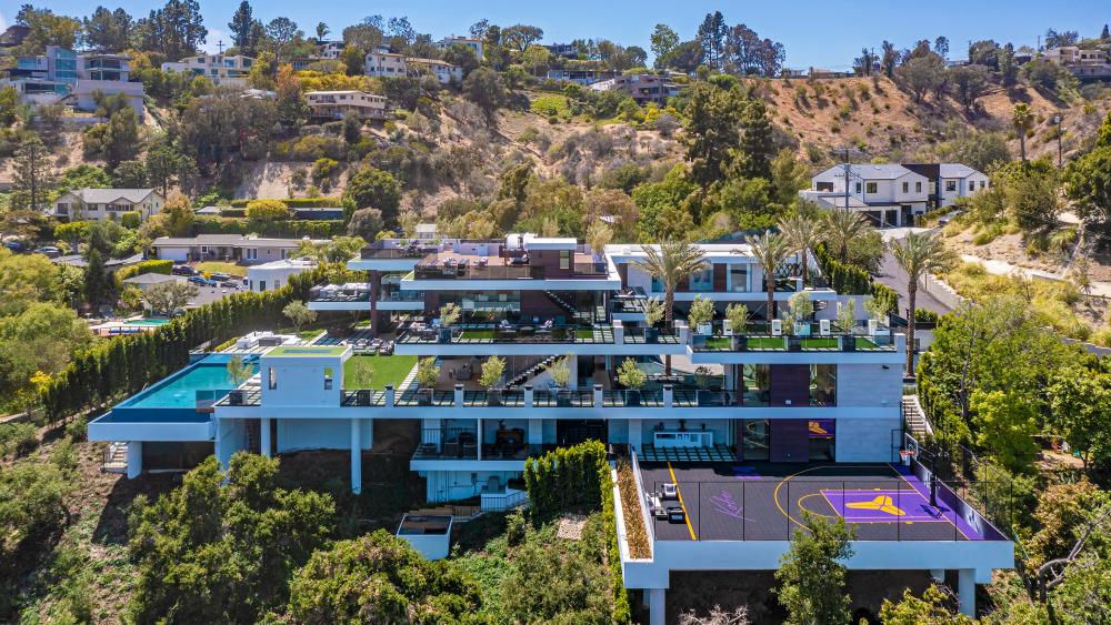 Esta mansión con cancha de baloncesto y galería de autos vale cada uno de sus 44 mdd