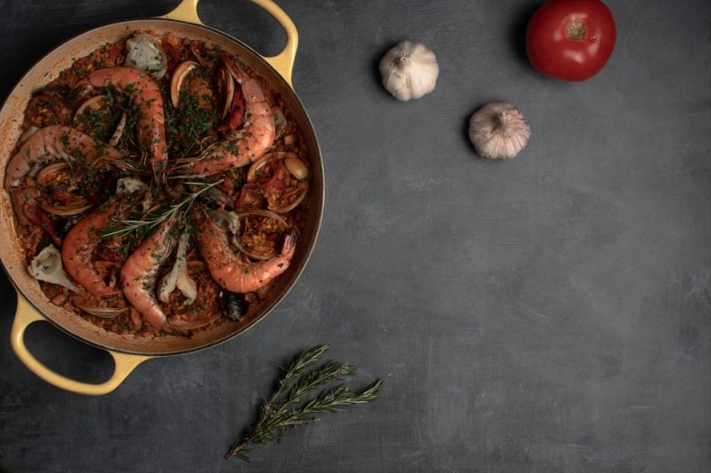 El chef Mikel Alonso comparte la receta para celebrar el Día Mundial de la paella