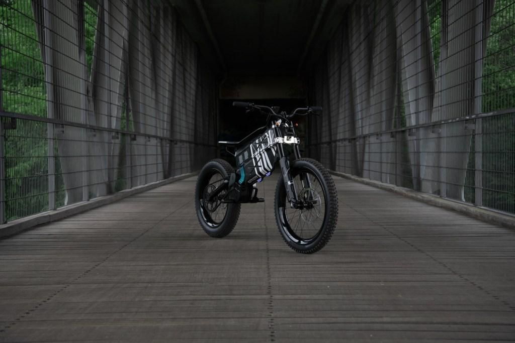 Entre una bicicleta y una moto está el nuevo Motorrad Vision AMBY de BMW