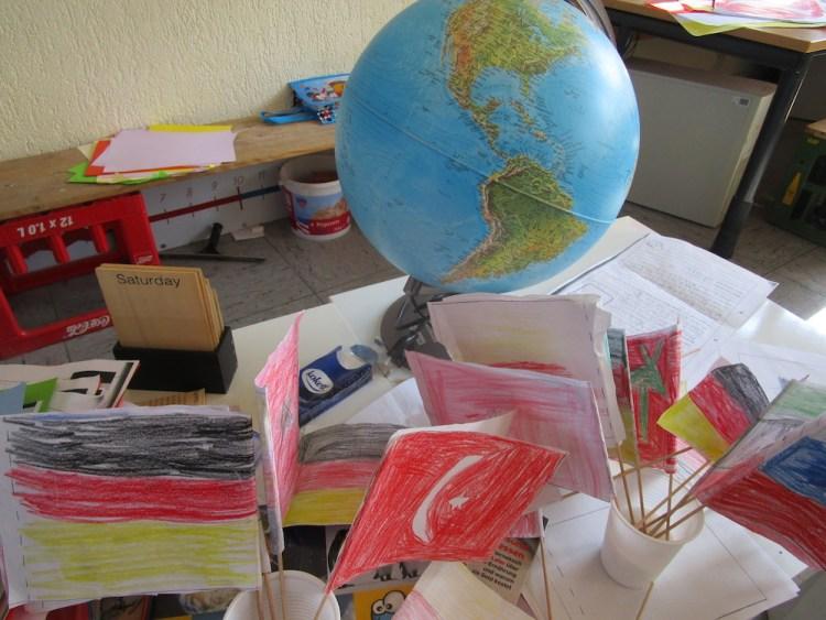Die Kinder bastelten verschiedene Flaggen und schauten, wo sich die Länder auf dem Globus und der Weltkarte befinden.