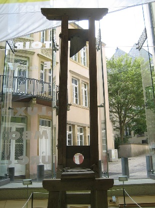 https://upload.wikimedia.org/wikipedia/commons/thumb/d/db/L%C3%ABtzebuerger_Guillotine_2009_08-IMG_6199.JPG/800px-L%C3%ABtzebuerger_Guillotine_2009_08-IMG_6199.JPG