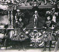 May Barker and Annie Elizabeth Ling (née Julien) front of Enoch Farrar's bioscope's gavoli organ, c. 1908, Wisbech, Cambridgeshire. Courtesy of the National Fairground Archive (provenance by Ling, 1992, p. 3).