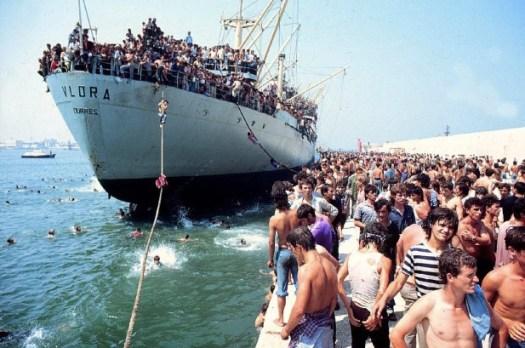 Il Vlora nel porto di Bari