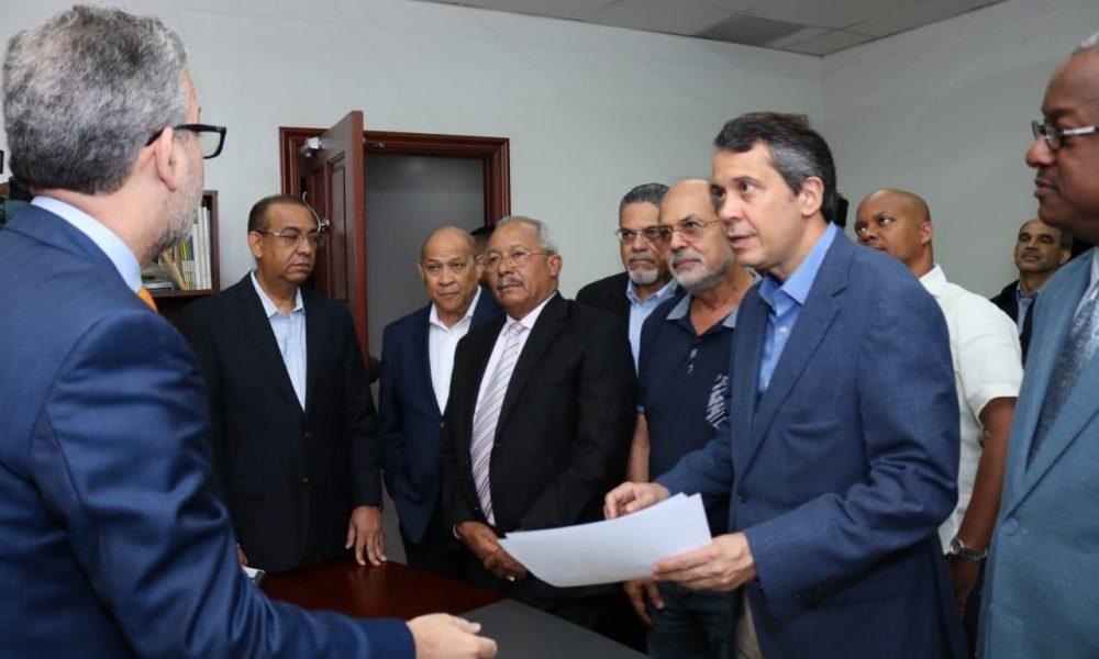 Delegado político del PRM entrega padrón a la JCE