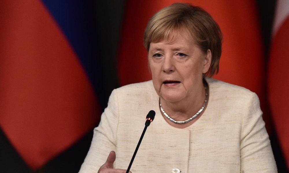VIDEO: Merkel sufre temblores por tercera vez en un mes durante un acto oficial