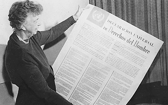 Eleanor Roosevelt, ex-primeira dama dos EUA, segura cópia da Declaração Universal dos Direitos Humanos