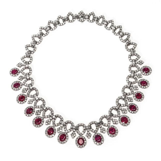 Collier in platino con diamanti taglio brillante del peso complessivo di circa 20 carati, diamanti taglio baguette per circa 12 carati totali e 15 rubini taglio ovale 22 carati totali circa